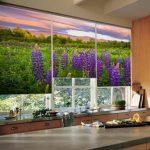 Шторы с изображением природы на окне кухни частного дома