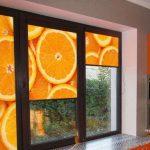 Дольки апельсина на шторах в кухне