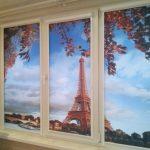 Рулонные шторы на ПВХ-окне кухни