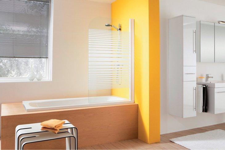 Простая штора из пластика на бортике ванной