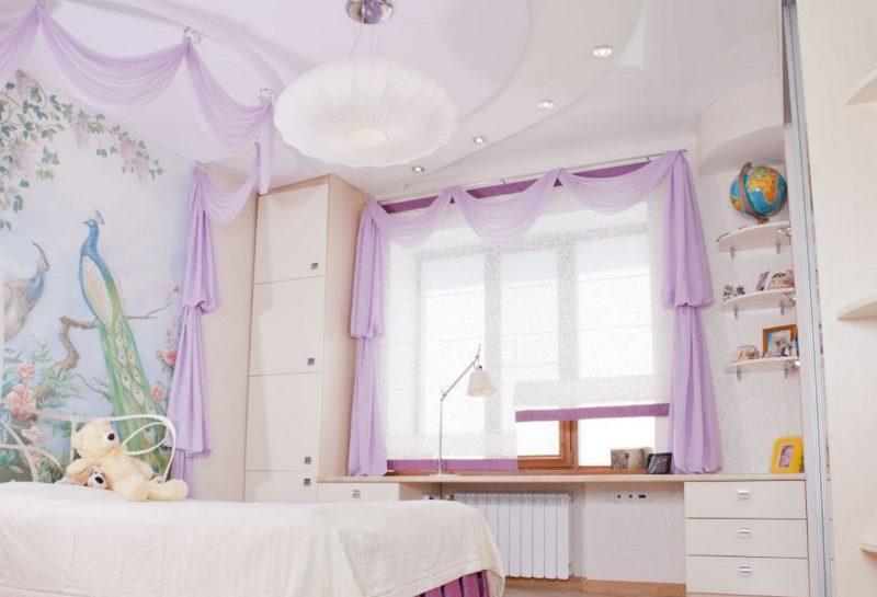 Прозрачная штора римского типа на окне детской