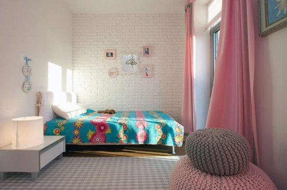 Прямые розовые шторы с серыми краями