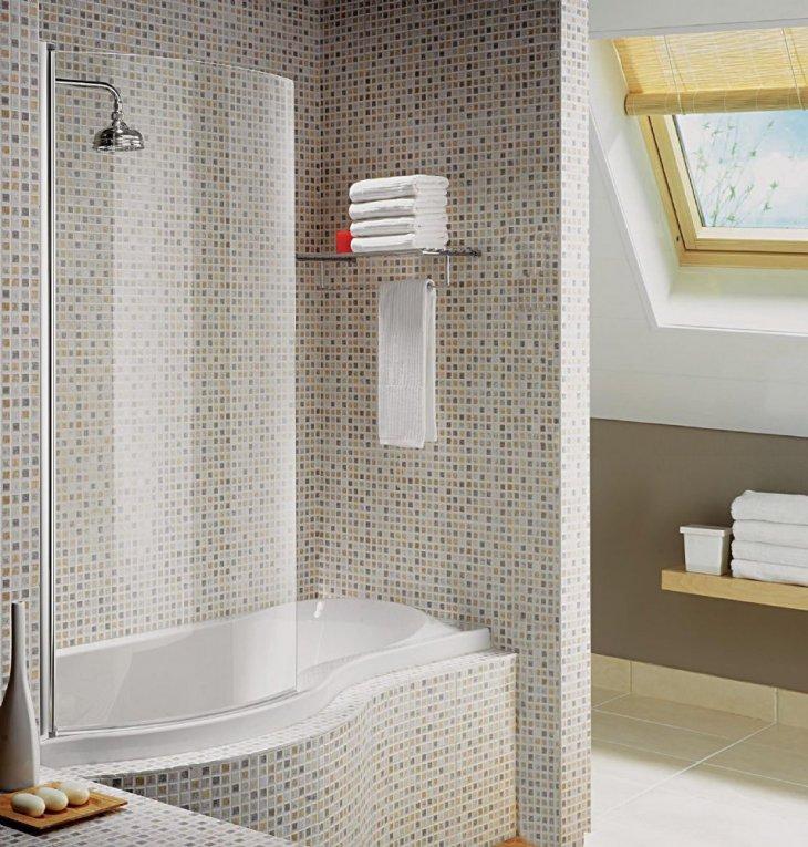Пластиковая шторка в ванной комнате мансардного помещения