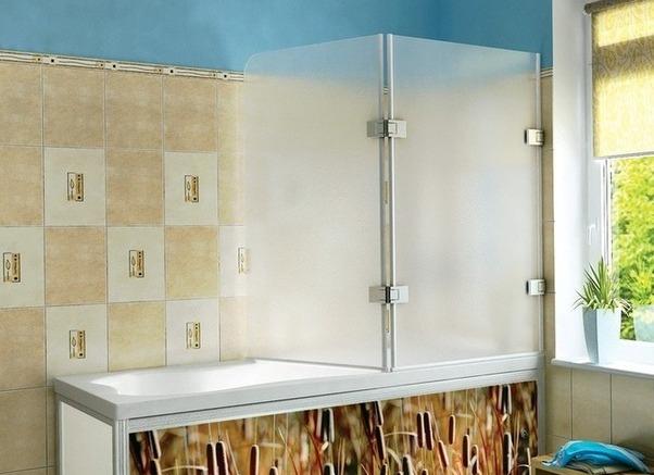 Дизайн ванной комнаты с распашной шторой из пластика