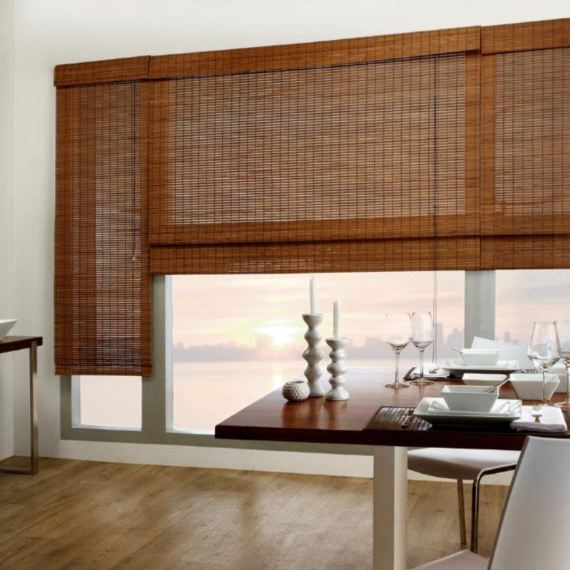 Раздельные шторы из бамбука на большом окне