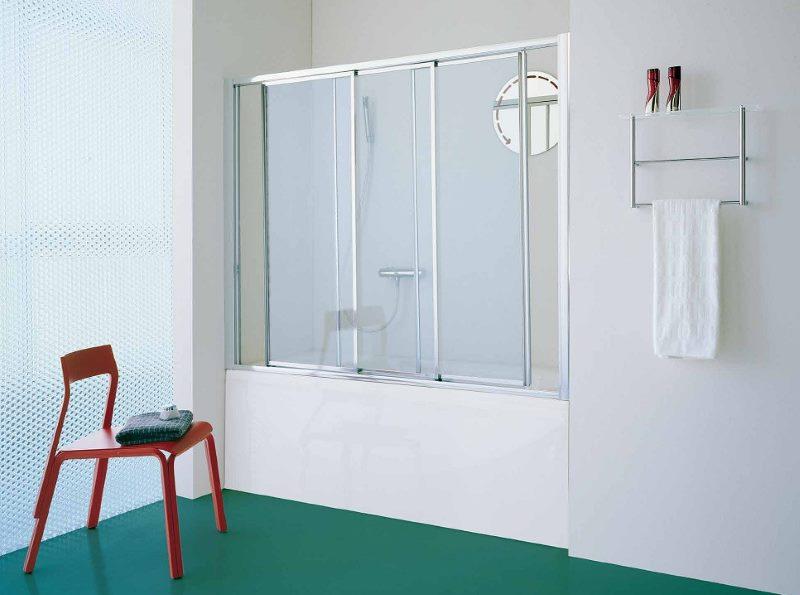 Защитный экран из пластика в ванной комнате