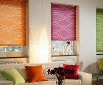 Разноцветные римские шторы, закрепленные на карнизах в проеме окон