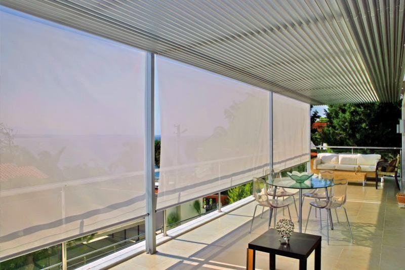 Организация солнцезащиты в кафе с помощью рулонной шторы