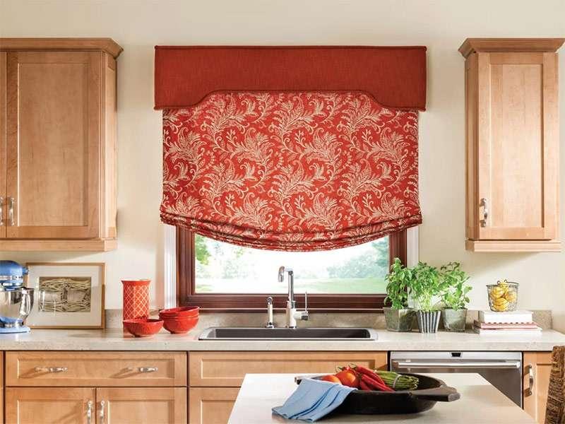 Интерьер кухни с бескаркасной римской шторой красного оттенка