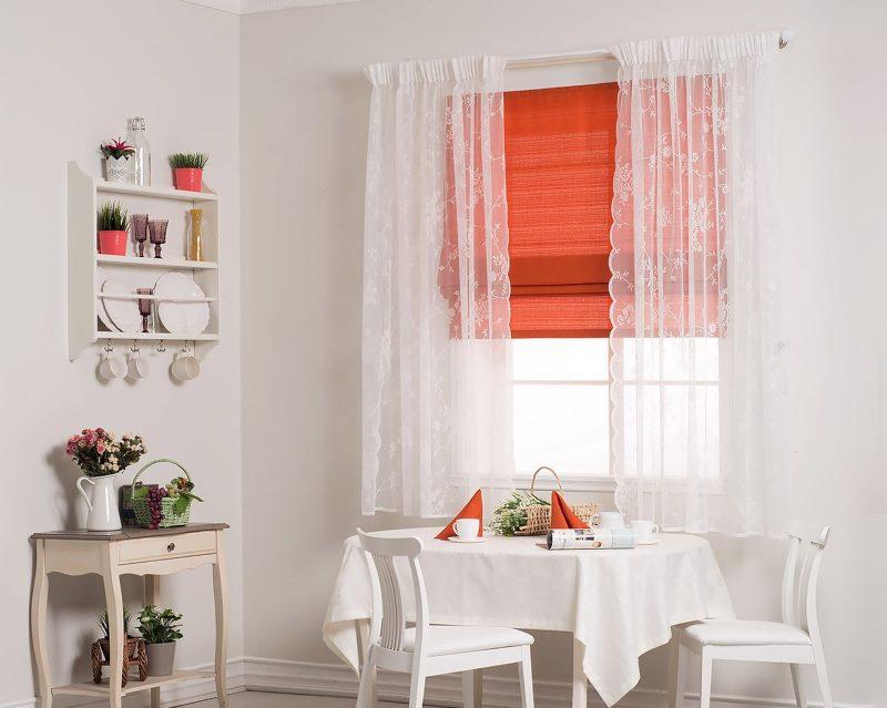 Кухонное окно с белым тюлем и красной римской шторой