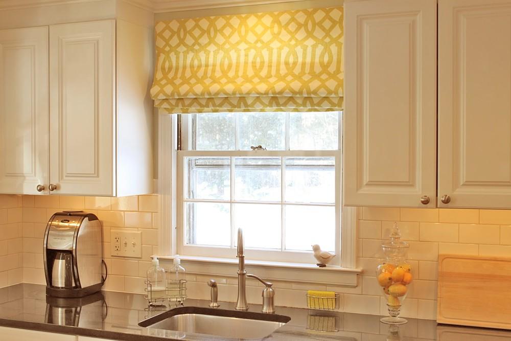 Римская штора с ярким принтом на кухне классического стиля