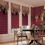 Римские бордовые шторы в интерьере гостиной