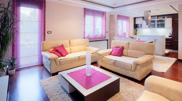Римские розовые шторы, подушки, скатерти в кухне-гостиной
