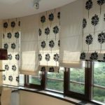 Римские шторы комбинированных расцветок в потолочным креплением
