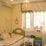 Кукольный городок на подоконнике в детской комнате