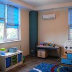 Дизайн детской с голубыми шторами