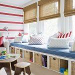 Римские шторы из бамбука на окнах детской комнаты