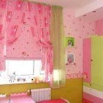 Розовые занавески в комнате маленькой девочки