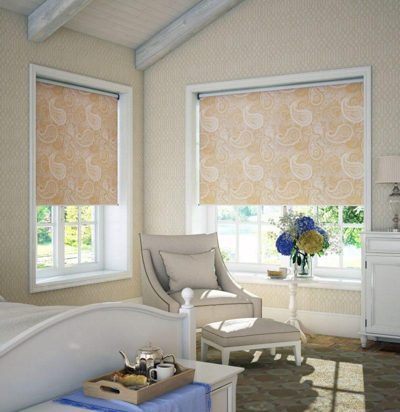 Рулонная штора с растительным рисунком на окнах угловой гостиной