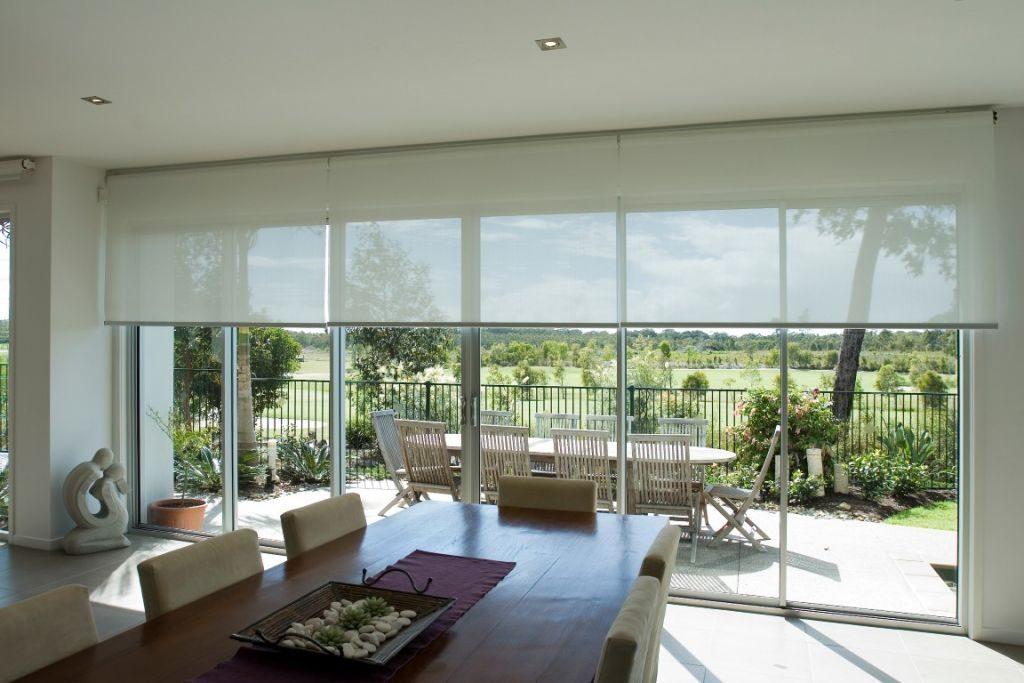 Рулонная штора открытого типа на панорамном окне