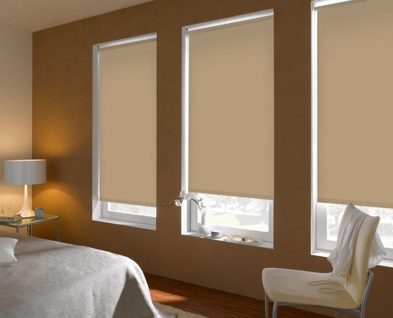 Рулонные шторы альфа на окнах современной спальни
