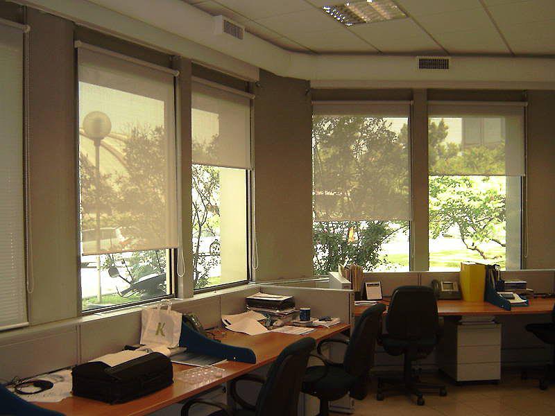 Окна небольшого офиса с рулонными шторами скрин