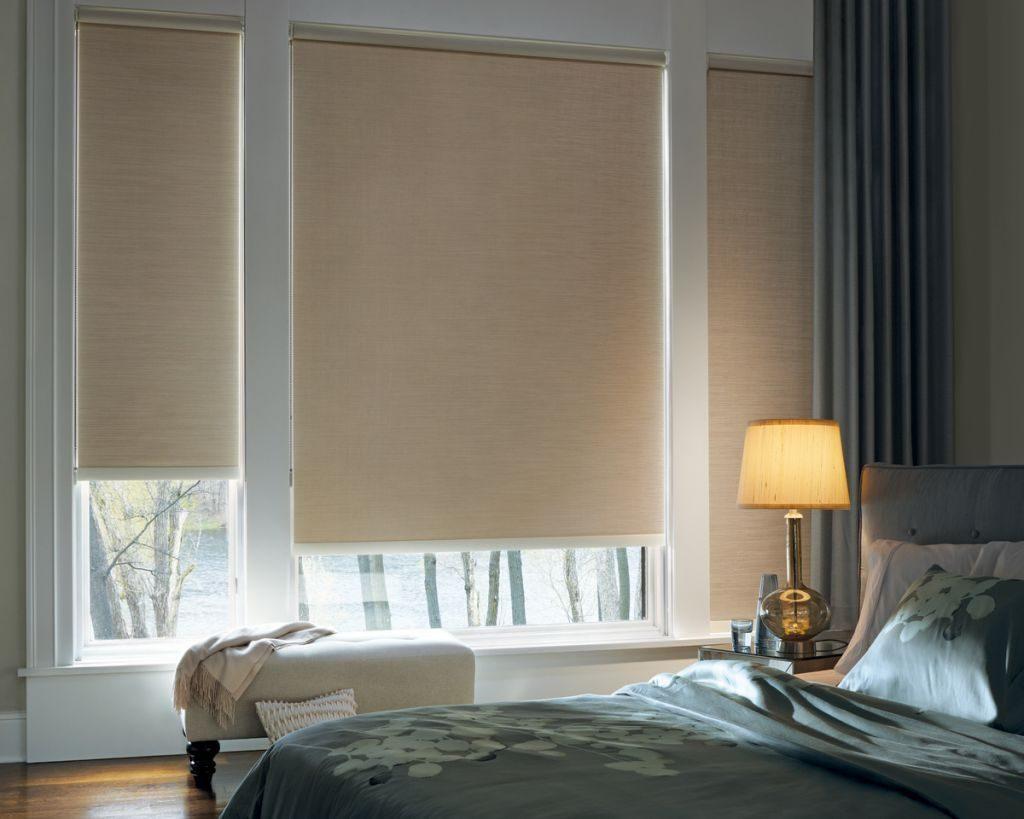 Бежевые роллеты из льняной ткани в интерьере спальни