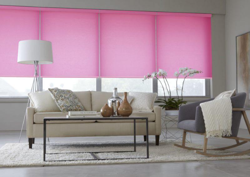 Розовые рулонные шторы из ткани альфа на окнах гостиной