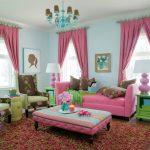 Розовые шторы и розовая мебель отлично смотрятся в комнате для девушки