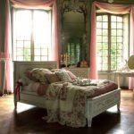 Розовые шторы из тонкой ткани для ажурной спальни