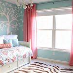 Розовые шторы отлично сочетаются с розовыми цветами на покрывале