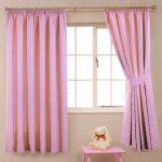 Розовые шторы с горошинками подойдет в детскую спальню
