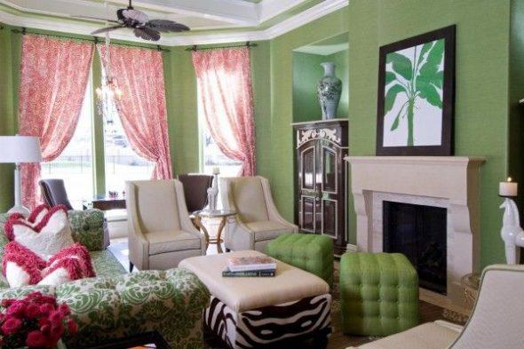 Розовые шторы и зеленые стены