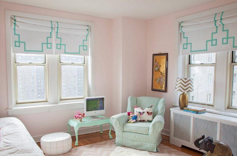 Окна детской комнаты с римскими шторами светлого оттенка