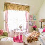 Розовый в комбинации с желтым - отличное решение для штор