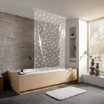 Рулонная штора из полиэтилена в ванной комнате
