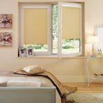Кассетные шторы с бежевыми полотнами в спальне