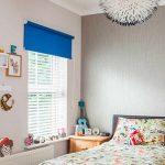 Голубые шторы на окне детской комнаты для мальчика