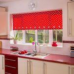 Красная штора на кухонном окне