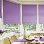 Фиолетовые шторы на окнах в обеденной зоне