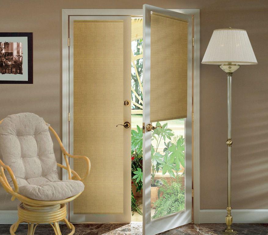 Использование рулонных штор на двери