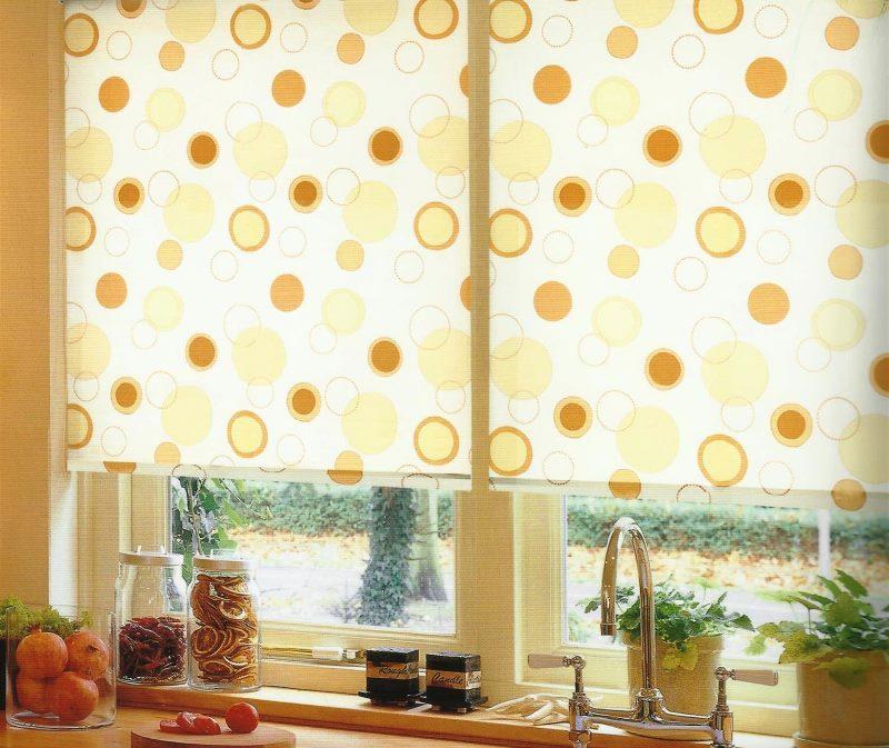 Светлые рулонные шторы на кухонном окне