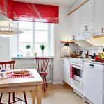 Обеденная зона на кухне линейной планировки