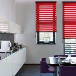 Красны шторы день ночь на кухне с балконом