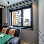 интерьер кухни с серыми стенами