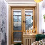 Балконная дверь в небольшой кухне