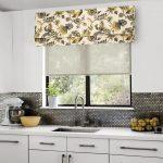Оформление кухонного окна двойными шторами