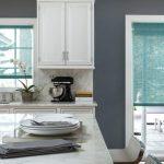 Прозрачные шторы рулонного типа на кухне загородного дома