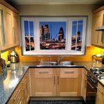 Ночной город на рулонных шторах в кухне