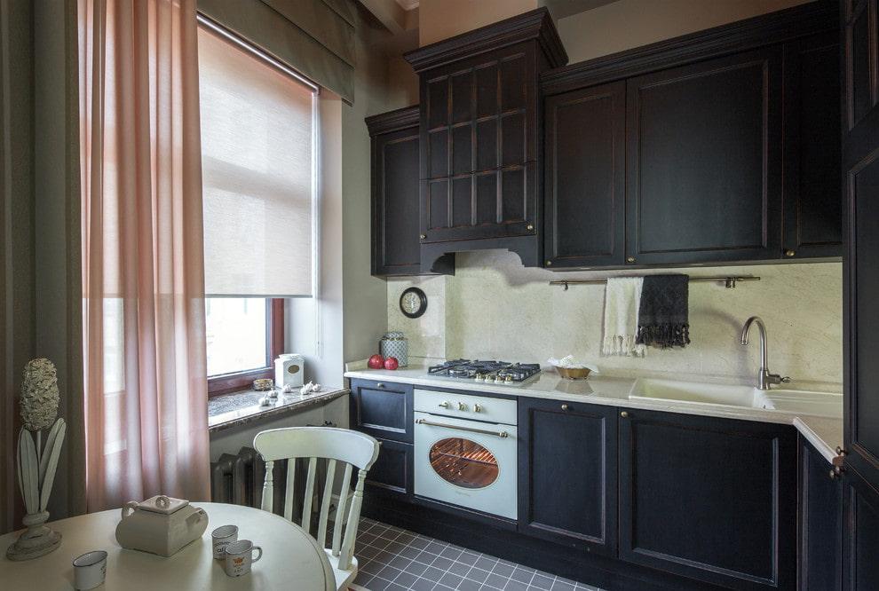 Рулонная штора в кухне классического стиля
